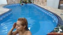 Nadando na hidro peladinha, Nicole Bittencourt, faz mais um chat