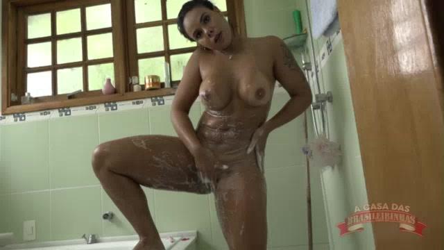 Pamela Santos depilando a bucetinha no banho