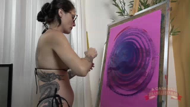 A pintura erótica da Cris Bathory acabou com a gata nua