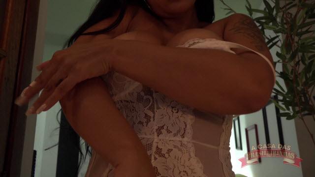 Pamela Santos nua desfilando o rabão