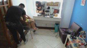Melissa Pitanga se maquiando para gravação da cena