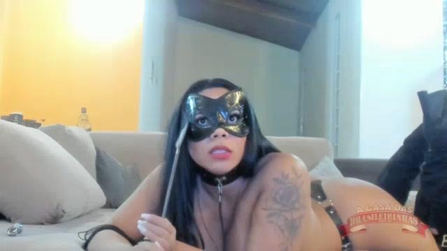 Pamela Santos fez chat de máscara e chicote