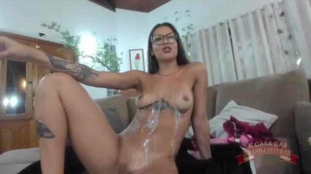 Valentina Pink se lambuzou de leite condensado no chat de sexo
