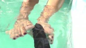 Julia Mattos fazendo footjob na piscina