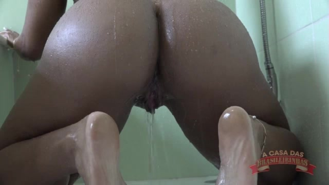 Ana Júlia foi flagrada se masturbando no banho