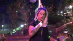 Atriz pornô Melissa Pitanga dançando no pole dance