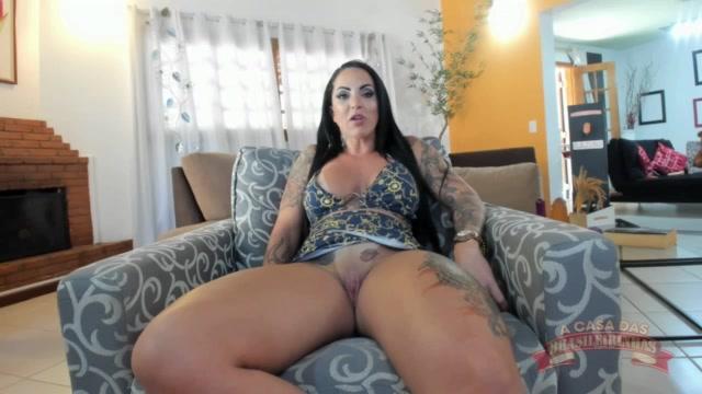 Atriz pornô Elisa Sanches mostrando a buceta raspada