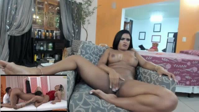 Ana Júlia nua assistindo filme pornô