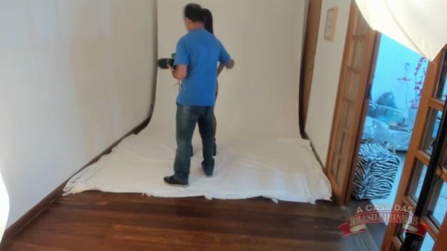 A nova atriz Jhenni Cris fez um ensaio fotográfico sensual na casa