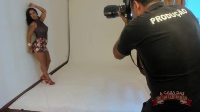 Atriz pornô Grazi Moreno sensualizando no ensaio fotográfico