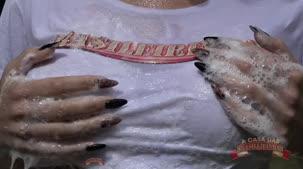 Pernocas brasileirinhas, com a camiseta molhada e transparente