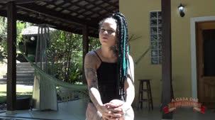 Evelyn Buarque dando o seu depoimento na casa