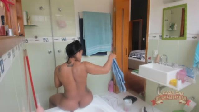 Ana Júlia aproveitou o banho para lavar os tênis