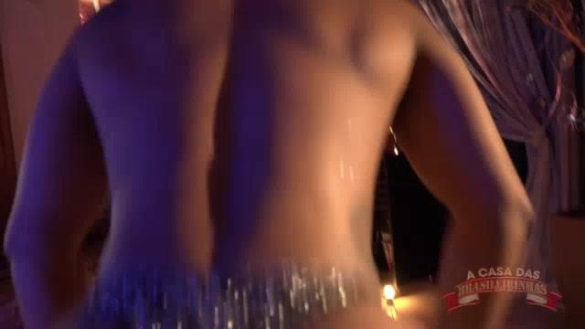 Ana Júlia desfilando as lingeries no reality