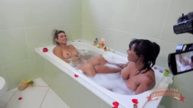 As brasileirinhas Melody e Jéssica aprontando nuas na hidro