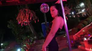 Atriz porno Carolina Carioca dançando nua no pole dance