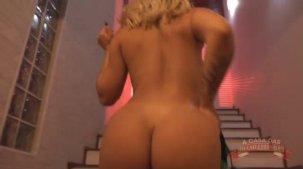 Melissa Pitanga atriz porno desfilando as lingeries