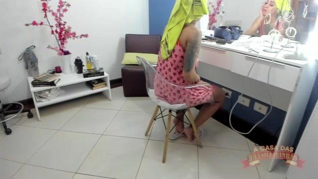 Jhenni Cris nos bastidores se arrumando sozinha para a cena