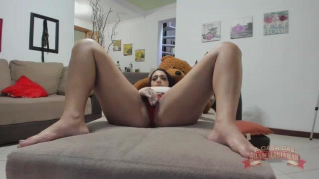 A safada Jhenni Cris masturbou sua bucetinha no meio do chat