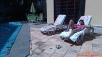 Aninha relaxa na piscina da Casa