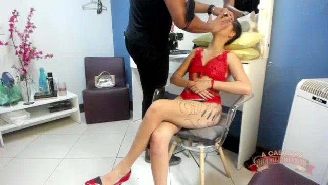 MC Ni Hot apareceu nos bastidores do filme só de lingerie