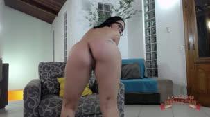 A Brasileirinha Carolina Carioca mostrou o rabão ao vivo
