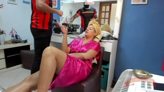 Atriz Katharine Madrid sendo maquiada para gravação