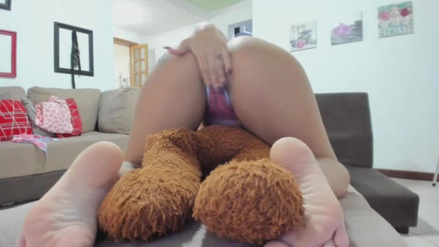 Jhenni Cris cavalgou no urso durante o chat de sexo ao vivo