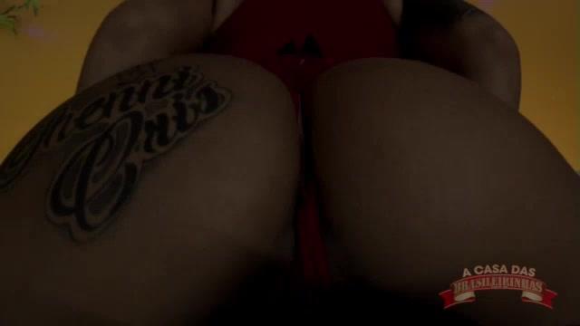 A novinha Jhenni Cris fez um show erótico só de lingerie