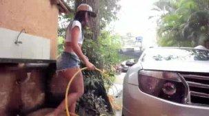 Julia Mattos gostosa lavando o carro peladinha