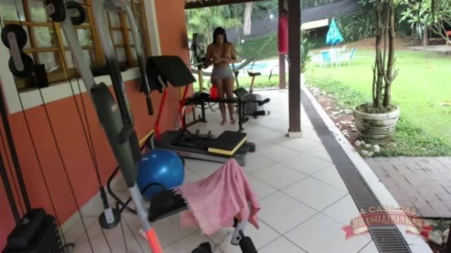 Pamela Santos se exibiu peladinha ao vivo