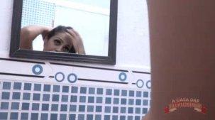 Grazy Moreno pelada em um banho sensual