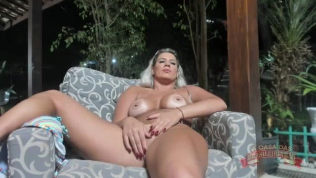 Atriz pornô Katharine Madrid mostrando os peitões