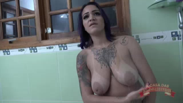 Jhenni Cris tomou um banho para lá de sensual e se exibiu