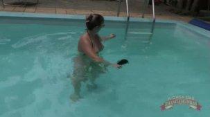 Emanuelly Weber fazendo putaria na piscina