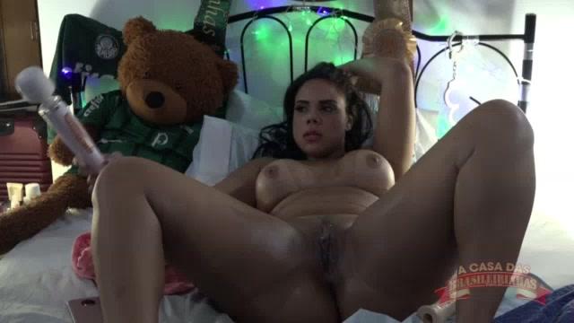 Pamela se masturbando com o consolo no cu e o vibrador na buceta