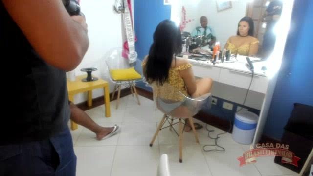 Maquiando a pornstar Pamela Santos no Camarim