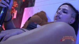 Letícia Ferola se masturbou gostoso ao vivo