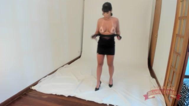 Anne Midori ficando peladinha no ensaio fotografico