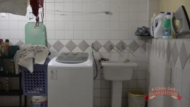 Carolina Carioca lavando roupa só de calcinha