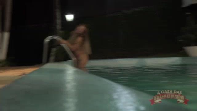 A tesuda Sindy Sil mergulhou peladinha na piscina