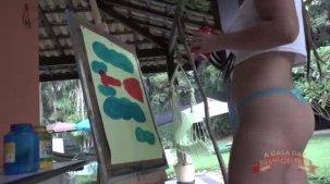 Letícia Ferola nua pintando a buceta na pintura erótica