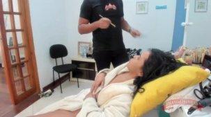 A atriz pornô Isis Pitangui na maquiagem