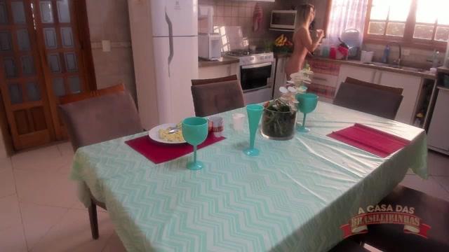 A gostosa Melody Antunes foi tomar seu café da manhã peladinha na cozinha