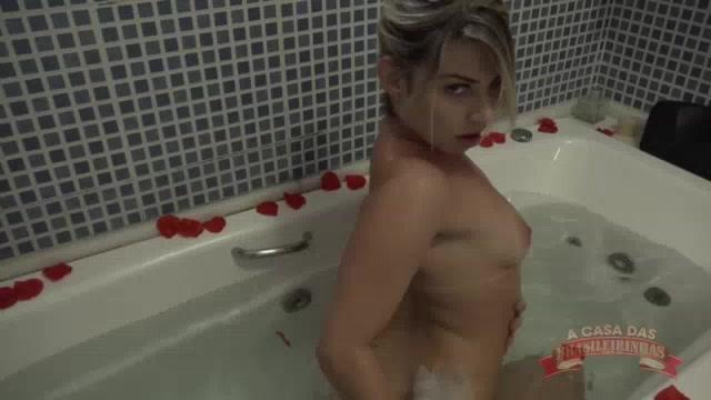 A gostosa Melody Antunes aproveitou para tomar um banho sensual de banheira