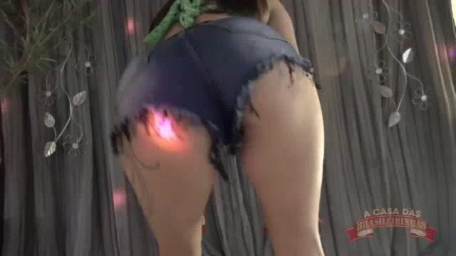 Mc Ni Hot tirou o mini shorts para robolar de calcinha na casa