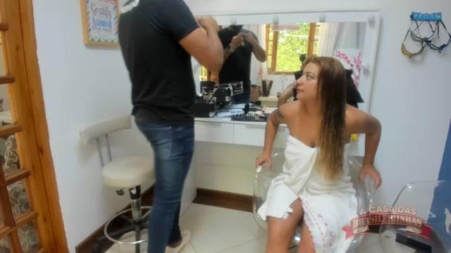A brasileirinha Sindy Sil foi maquiada no camarim