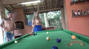 Bruna Lambertini na caçapa do jogo de sinuca