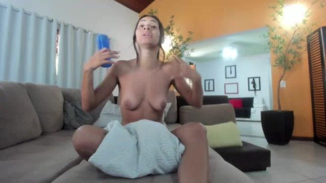 Carol Fênix parou o banho para ir responder os assinantes no chat
