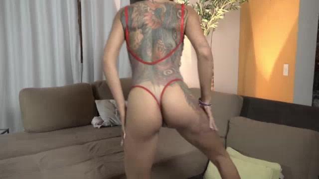 Carol Fênix rebolou até o chão usando uma roupa muito sexy